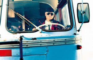 Starý autobus zamířil mlhou do minulosti